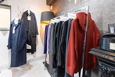 セレクトショップ「アマノジャク」の洋服の写真