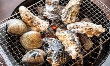 セカンドキャリアで開いた「かき焼きヌマタ」の炭火焼の牡蠣の写真