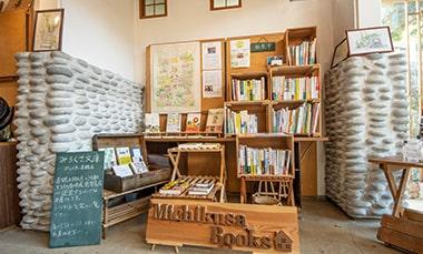 珈琲豆店で常設での本の販売をしている「道草書店」の写真