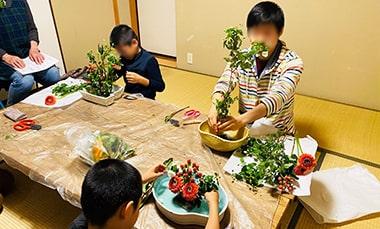 学童・子ども教室「まぁはすの生け花授業の様子の写真
