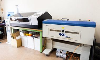 工作室アルタイルのレーザーカッターやUVプリンターの写真