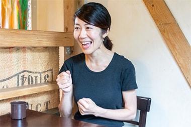バインミー専門店「ăn di(アンディ)」での採用について話をする島田孝子さんの写真