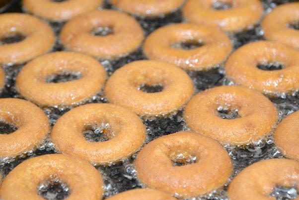 ドーナツを揚げている写真