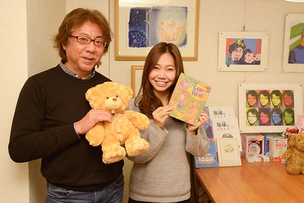 完成した絵本を手にするレポーターと武田さん