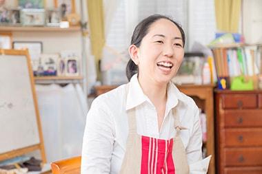 育児をしながら仕事の実績を積める。女性の再就職にも役立つ自宅教室