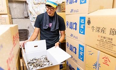 煮干しの種類や奥深さについて語る一番だし株式会社の鈴木秀義さんの写真