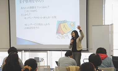 セミナーで整理収納の講演をする株式会社スペースRの戸田さんの写真