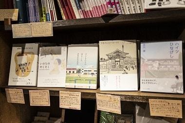 センジュ出版社カフェ内にある本棚の写真