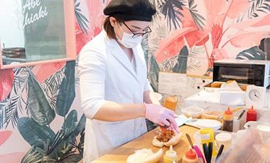 コッペパン専門店「月刊アベチアキ」の阿部千秋さんがオススメメニューの1つピリ辛タンタンメンを作っている写真
