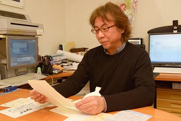 手紙を見る武田さん