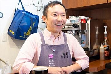 オリジナルコーヒー豆の販売について語る宮島英司さんの写真