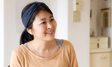 ヨガを始めたきっかけについて話すヨガインストラクターの青木陽佳さんの写真