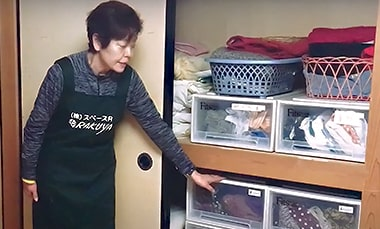 整理収納について説明する株式会社スペースRの戸田さんの写真
