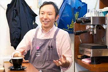 アルバイトを通じてコーヒーの奥深さを体感したと語る宮島英司さんの写真