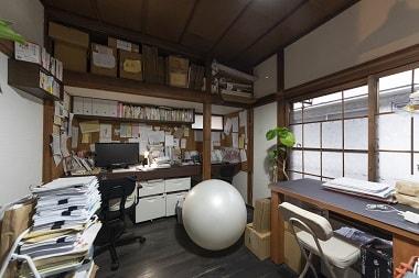 カフェと事務所が並列しているのセンジュ出版社の写真