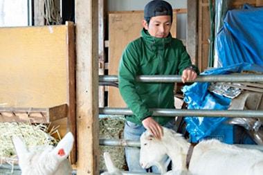 お金を払うだけでは農地を貸してもらえない。労働で信用を築き、農業の世界へ